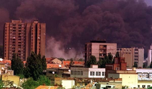 Novi Sad, 08jun99 - Nakon ponovljenog NATO napada na novosadsku rafineriju nafte nad gradom se neprestano vije gust dim. Snimio: Darko Dozet