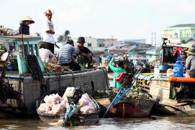 השוק הצף בקאי ראנג, בדלתא של המקונג. צילום: גילי חסקין
