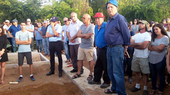הלוויתו של איתן גולן בכפר ויתקין