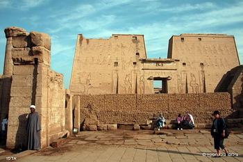 המקדש באדפו