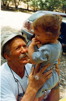 יגאל חסקין עם נכדתו נטע