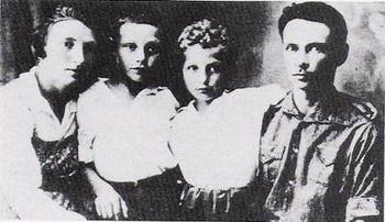 מנחם ומניה אלקינד ושני ילדיהם