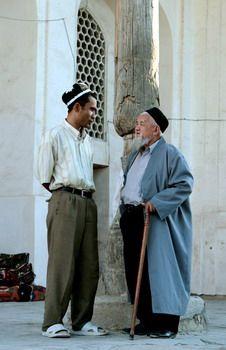 בפתח מדרסה בבוכרה, אוזבקיסטן