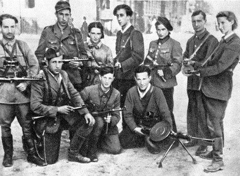 אבא קובנר (במרכז) עם לוחמי גטו וילנא