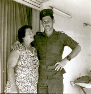 אפרים, עם סבתא נחמה, 1956