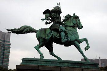 פסל הסמוראי מול ארמון הקיסר בטוקיו