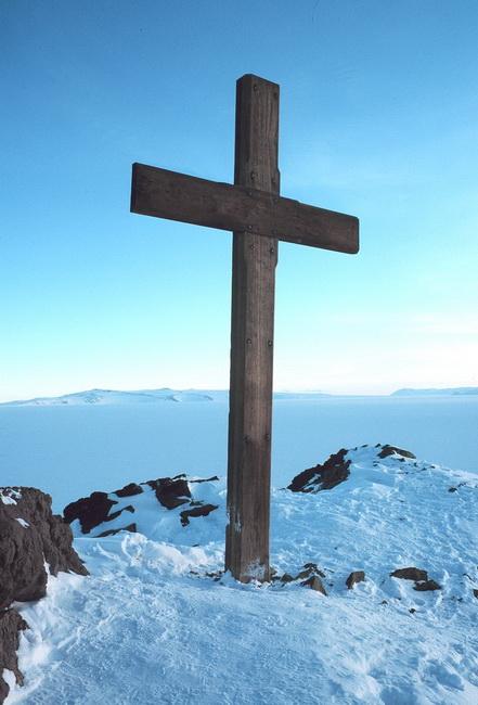 800px-Cross_on_Observation_Hill_-_Scott_memorial_resize