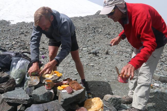 ארוחת פיקניק במעבר ההרים. הכינו: עירא ורודולף. צילום: גילי חסקין