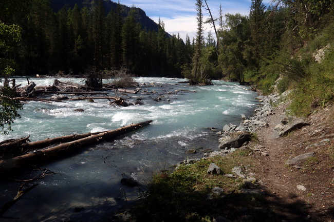 הליכה לאורך נהר . צילום: גילי חסקין
