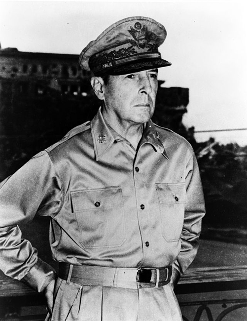 הגנרל דוגלס מקארתור - 1945