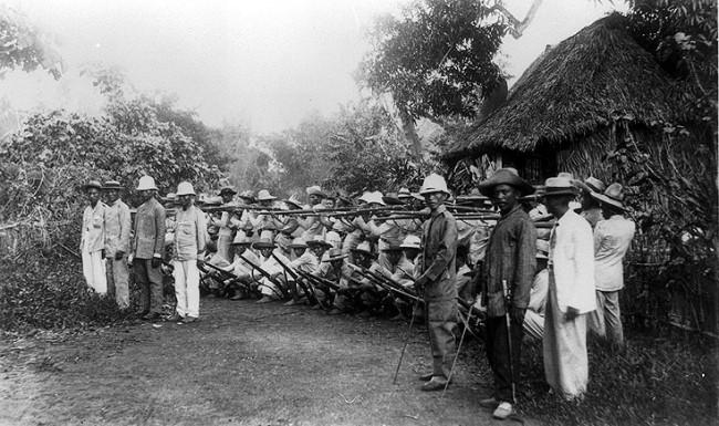 """חיילי פיליפינים סביב מנילה, מלחמת ארה""""ב - פיליפינים."""