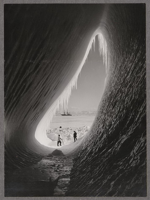 Grotto_in_an_iceberg_resize