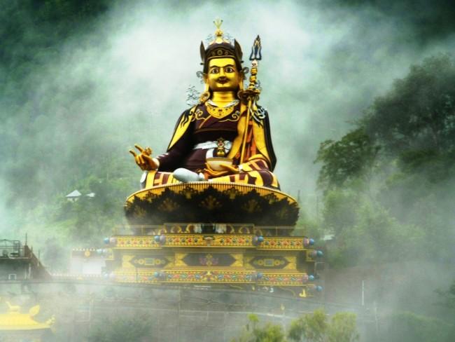 פסל של גורו רינפוצ'ה, הימאצ'אל פרדש, הודו. באדיבות Wikipedia