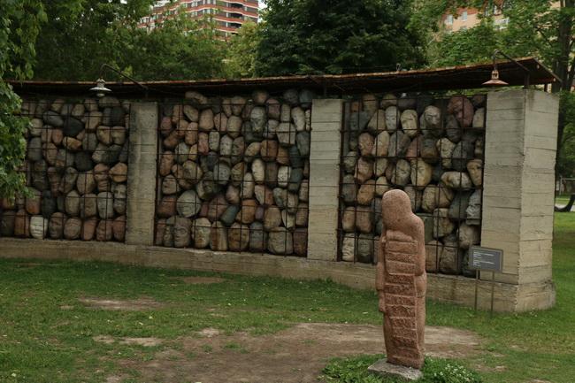 אנדרטה לקורבנות מלחמת העולם- צילום: גילי חסקין; יוני 2016