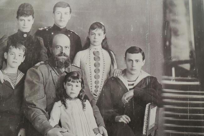 ניקולי השני עם בני משפחתו על קיר הכנסיה בה נרצח ביקטירנברג. צילום: גילי חסקין