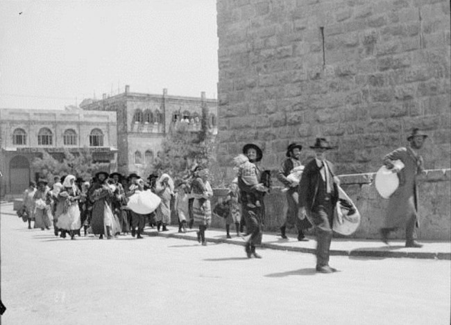 Jews_flee_the_Old_City_of_Jerusalem_August_1929