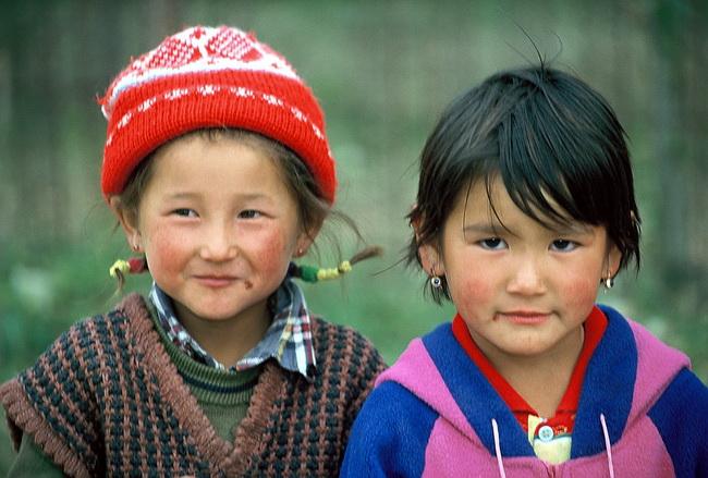 טיול לקירגיזסטן - נערות בבקעת צ'ו. צילום: גילי חסקין; ספטמבר 2000