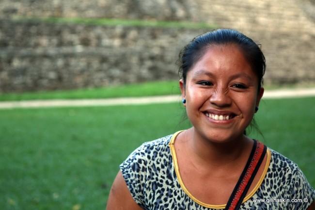 """נערה מקסיקנית, """"מסטיזה"""", באתר הזפוטקי מונטה אלבן. צילום: גילי חסקין"""