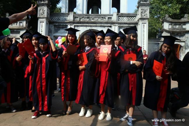 סטודנטים מקבלים הסמכה, במקדש הספרות בהאנוי. צילום: גילי חסקין