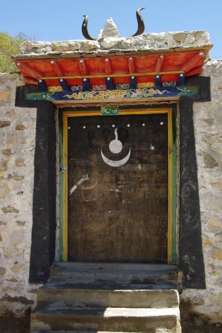 דלת בבית טיבטי ועליה סימני בון. באדיבות ויקיפדיה